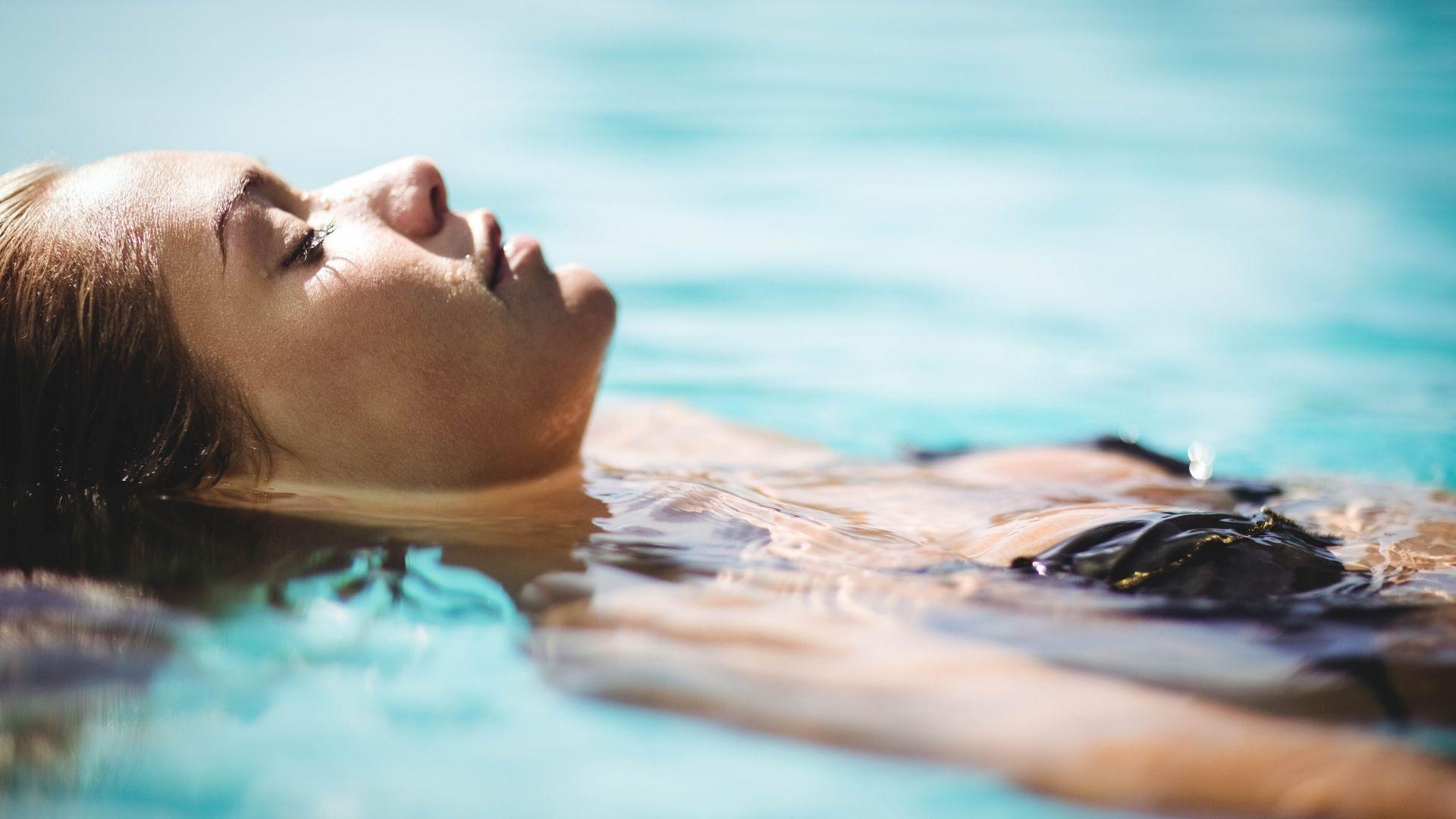 Femme en flottaison chez Nymphaea